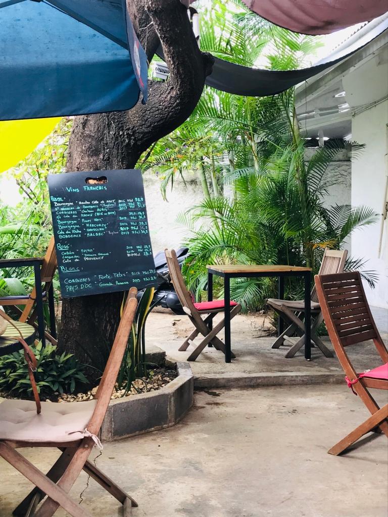Petite cour arborée ru restaurant Belo Horizonte Restaurant sur Saint Pierre
